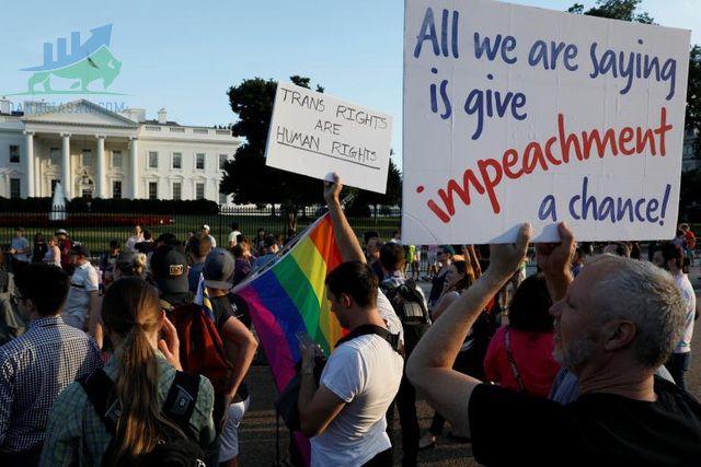 Người dân biểu tình vì lệnh cấm người chuyển giới nhập ngũ